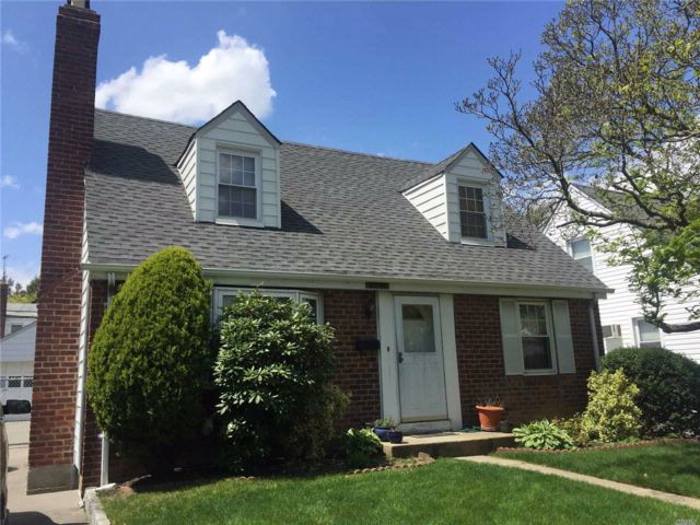 3 BR,  2.50 BTH Cape style home in Bayside