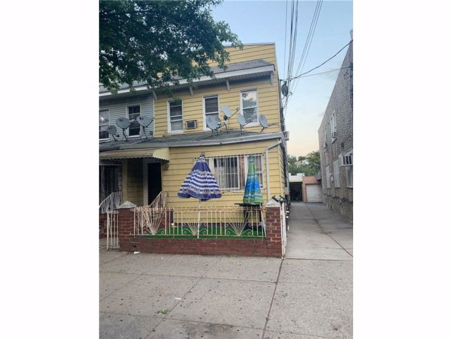 7 BR,  4.00 BTH Colonial style home in Corona