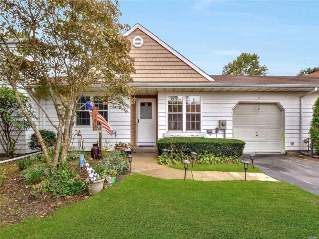 2 BR,  2.00 BTH Homeowner assoc style home in Coram