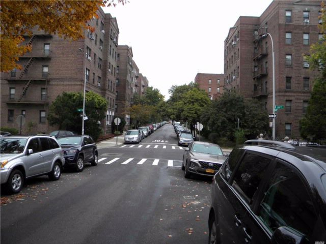 3 BR,  2.00 BTH 2 story style home in Rego Park