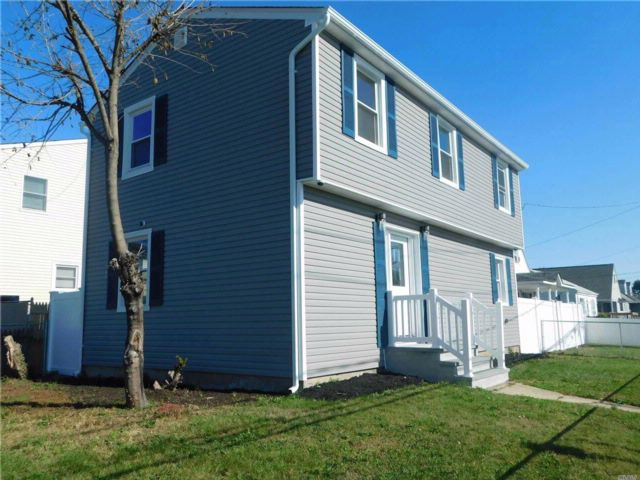 3 BR,  2.00 BTH Colonial style home in Copiague