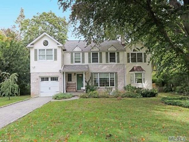5 BR,  4.00 BTH  Colonial style home in Roslyn