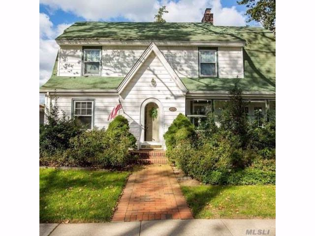 5 BR,  1.50 BTH Colonial style home in Bellerose Vill