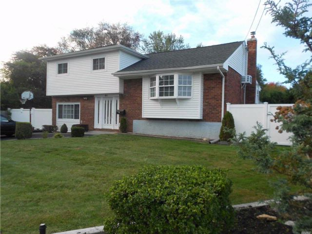 3 BR,  2.00 BTH  Split style home in North Babylon