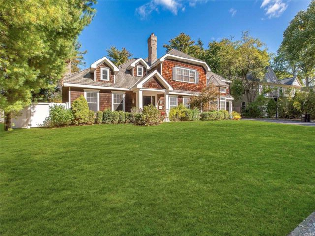 6 BR,  5.00 BTH Colonial style home in Roslyn Heights