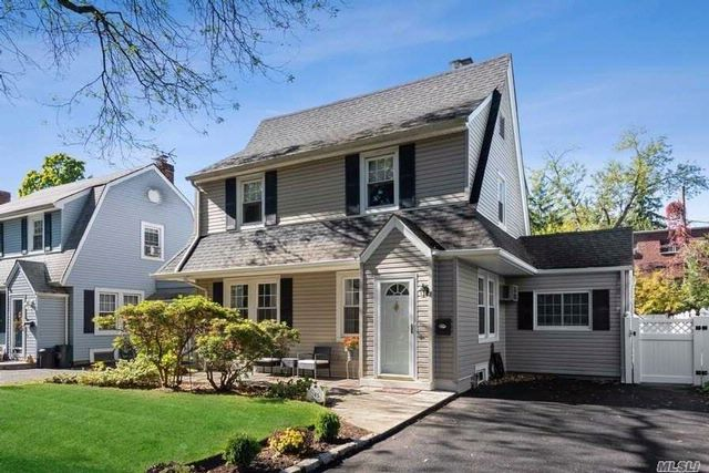 3 BR,  1.00 BTH  Colonial style home in Stewart Manor