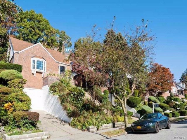 5 BR,  1.50 BTH Colonial style home in Hollis Hills