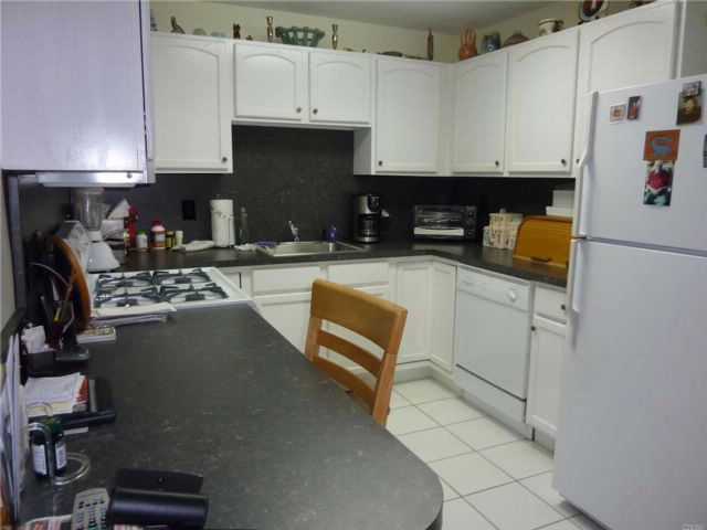 2 BR,  2.00 BTH Apt in bldg style home in Melville