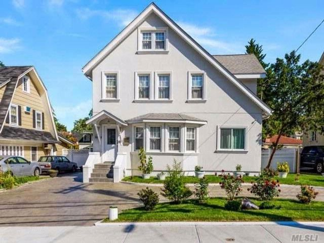 4 BR,  5.00 BTH  Colonial style home in Douglaston