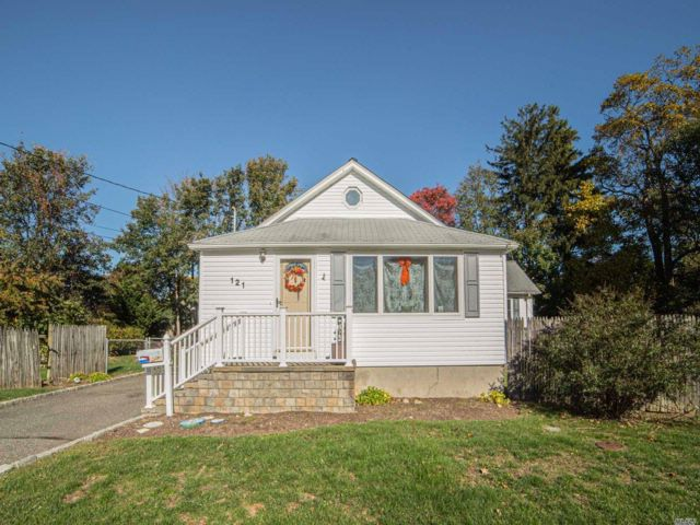 4 BR,  2.00 BTH  Ranch style home in Islip
