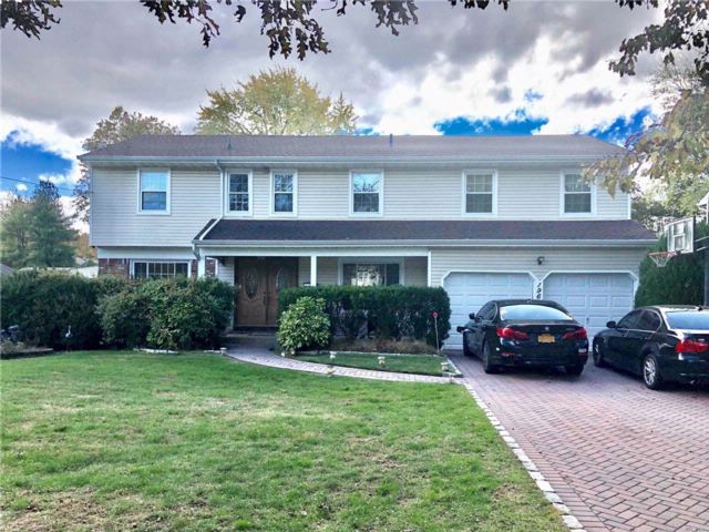5 BR,  3.55 BTH Colonial style home in Syosset