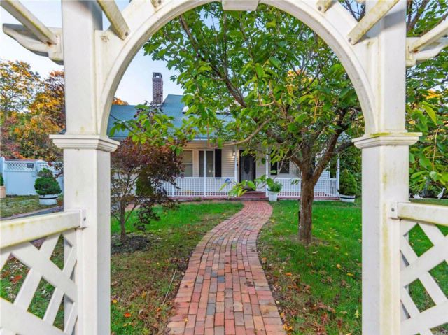 4 BR,  3.00 BTH Cape style home in Shirley