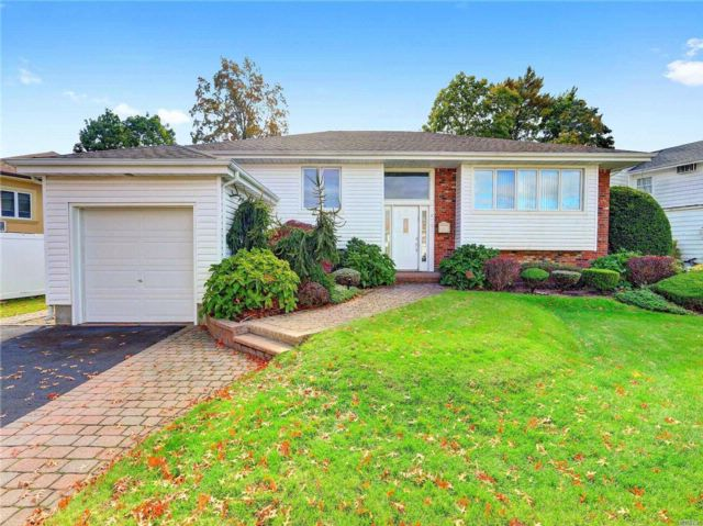 5 BR,  4.00 BTH Raised ranch style home in North Woodmere