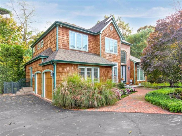 4 BR,  3.50 BTH Colonial style home in Dix Hills