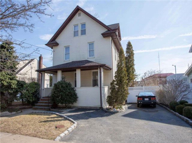 5 BR,  2.00 BTH  Colonial style home in Bellmore