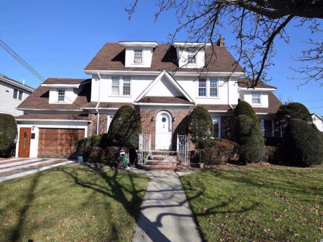 5 BR,  4.50 BTH  Colonial style home in Lynbrook