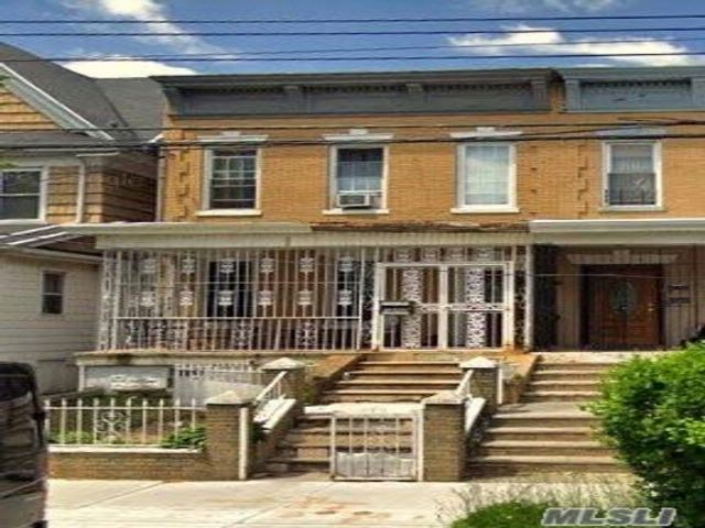 5 BR,  3.50 BTH 2 story style home in Flatlands