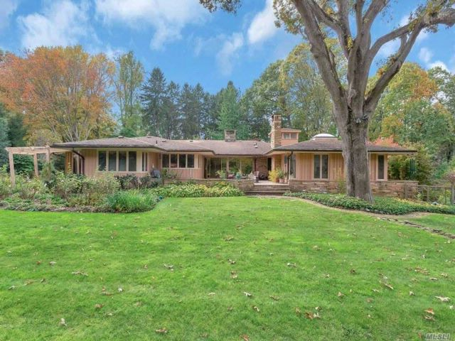 5 BR,  4.50 BTH Ranch style home in Locust Valley