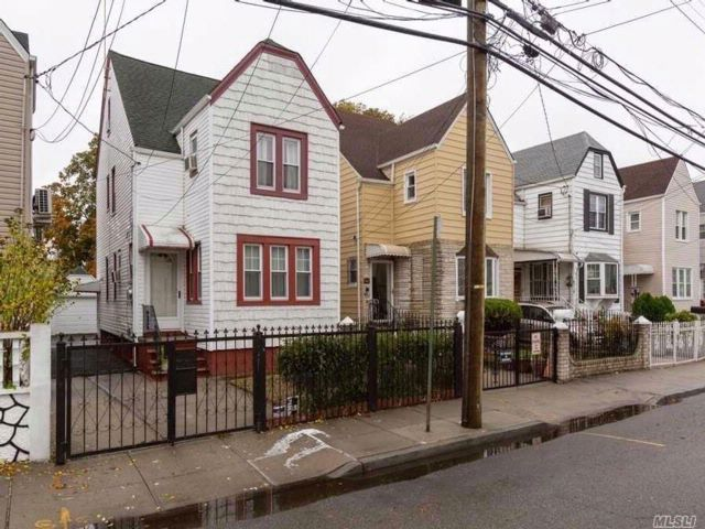 4 BR,  2.50 BTH Colonial style home in Hollis