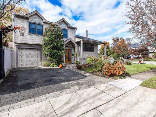 4 BR,  2.50 BTH Splanch style home in Bellmore
