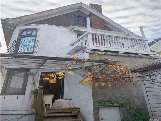 5 BR,  1.00 BTH  Colonial style home in Richmond Hill