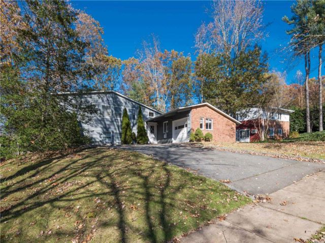 4 BR,  3.00 BTH Split style home in East Norwich