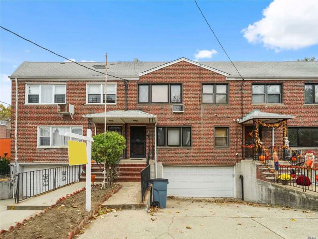 5 BR,  4.00 BTH Contemporary style home in Middle Village