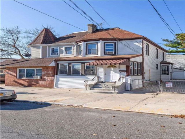 3 BR,  3.00 BTH Duplex style home in Woodhaven