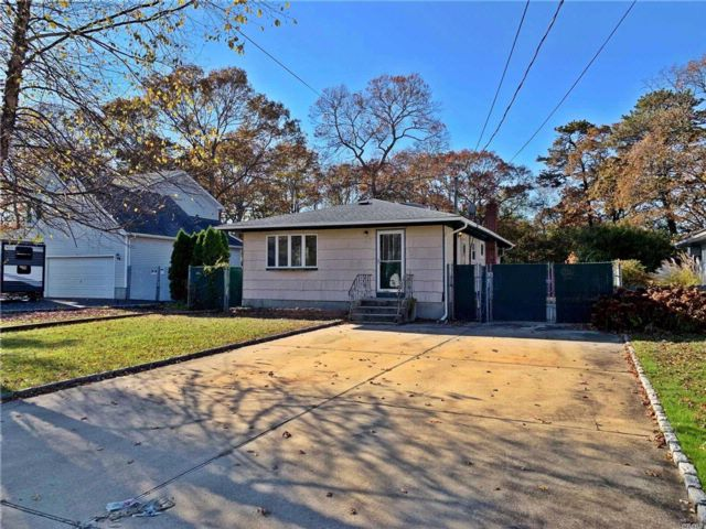4 BR,  1.00 BTH Ranch style home in Mastic Beach