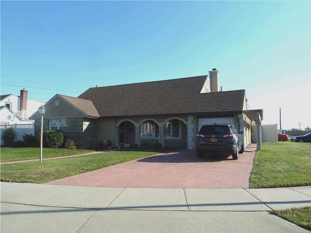 4 BR,  3.00 BTH Exp ranch style home in Lido Beach