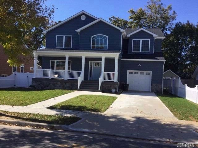 4 BR,  2.50 BTH Colonial style home in Bellmore