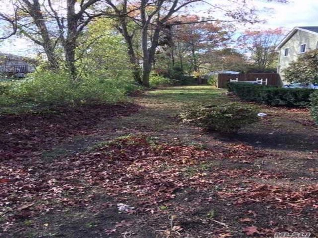 Lot <b>Size:</b> 40x100 Land style home in Brentwood
