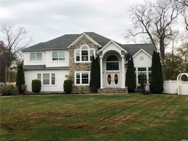 5 BR,  3.00 BTH  Colonial style home in Oakdale