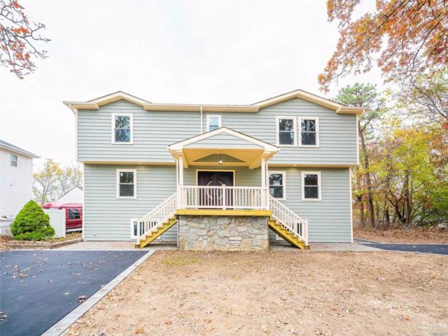 7 BR,  2.00 BTH Colonial style home in Lindenhurst