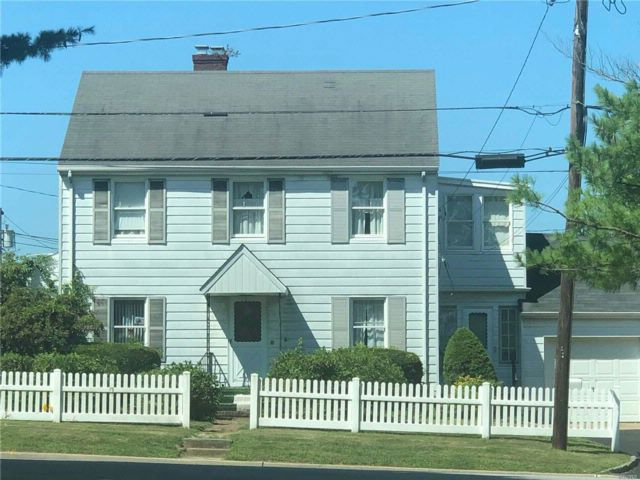 5 BR,  2.00 BTH  Colonial style home in Locust Valley