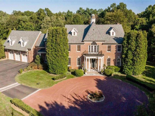 6 BR,  6.50 BTH Colonial style home in Old Westbury