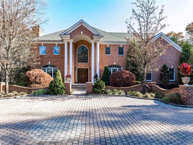 7 BR,  4.55 BTH Colonial style home in Upper Brookville
