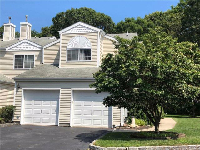3 BR,  3.00 BTH  Homeowner assoc style home in Manorville