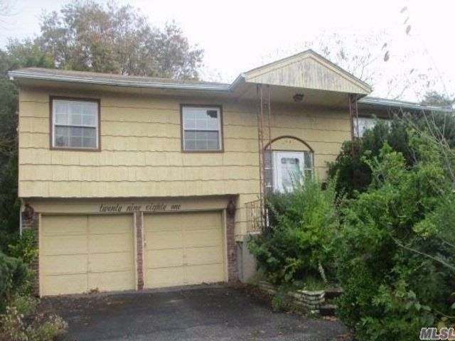 3 BR,  2.50 BTH Hi ranch style home in Merrick