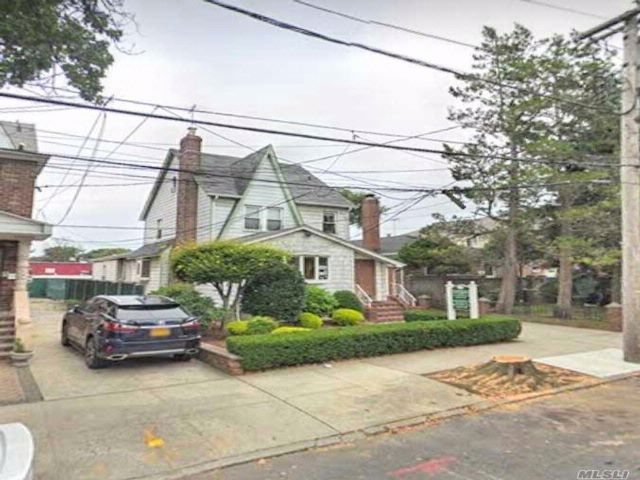 8 BR,  3.00 BTH Other style home in Oakland Gardens