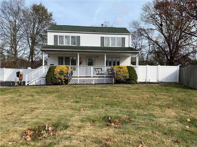 4 BR,  2.00 BTH  Saltbox style home in Centereach