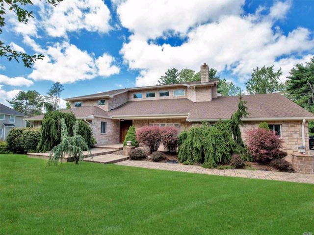 4 BR,  4.50 BTH Contemporary style home in Plainview
