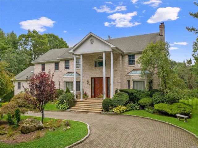 8 BR,  6.50 BTH Colonial style home in Muttontown