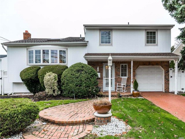 4 BR,  1.50 BTH Splanch style home in Bellmore