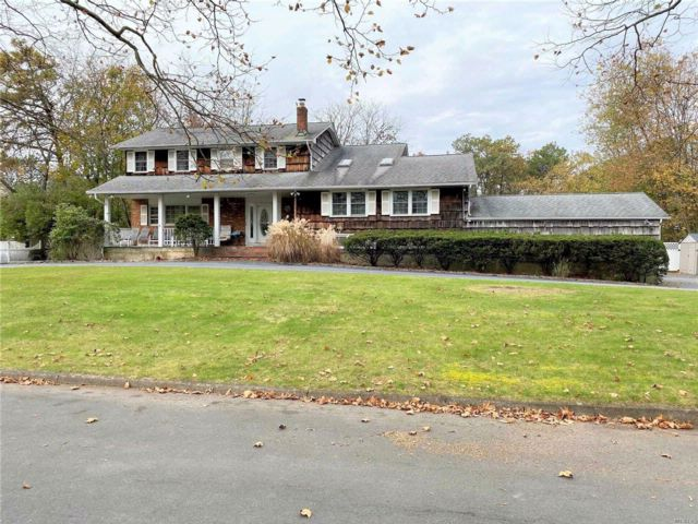 5 BR,  4.00 BTH  Colonial style home in Dix Hills