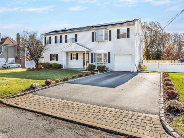 7 BR,  4.00 BTH Colonial style home in Centereach