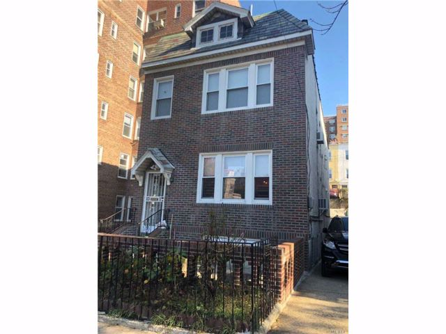5 BR,  2.50 BTH Colonial style home in Woodside