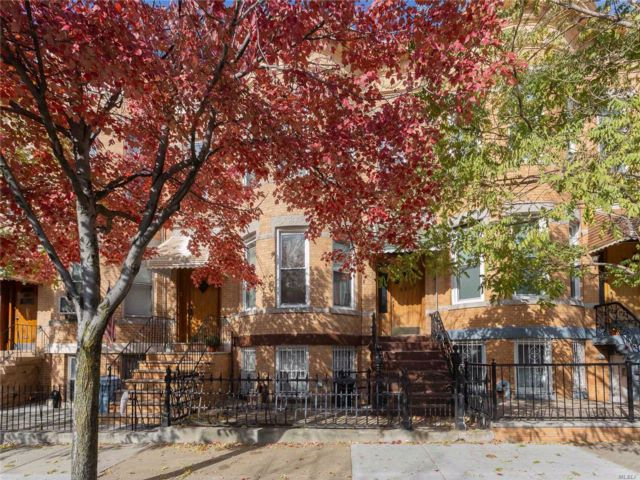 5 BR,  2.50 BTH 2 story style home in Ridgewood