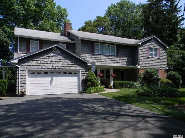 6 BR,  4.50 BTH  2 story style home in Locust Valley