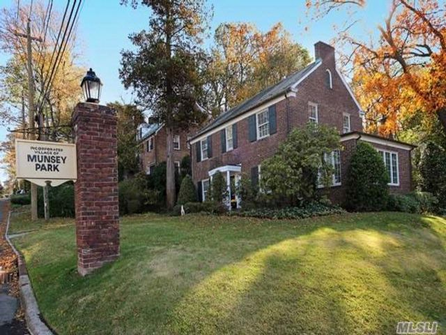 4 BR,  3.55 BTH  Colonial style home in Manhasset
